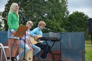 Musikunderhållning. Maria Fritzon sjöng och Anderas Davidsson och Jakob Torstadius sepalde från scenvagnen.
