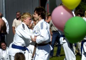 Kampsporter. Judo, jujutsu och brottning visades upp på eftermiddagen. Många tittade nyfiket på men få ville gå upp och prova på att brottas.