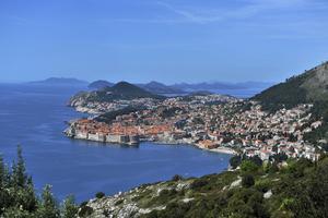 Dubrovnik ligger omsluten av sina medeltida murar i ett landskap vars stupande kustberg planar ut mot ett vackert strössel av skärgårdsöar.