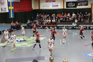 Mira Wickman och Moa Gustafsson firar den sistnämndes ledningsmål i första perioden när spelet började lossna för hemmalaget.