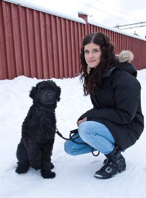 Fanny med familjens portugisiska vattenhund Nikki.