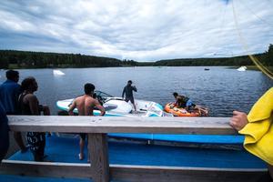 Tre killar på väg ut på vattnet i ringen, många tyckte det var pirrigt att testa.