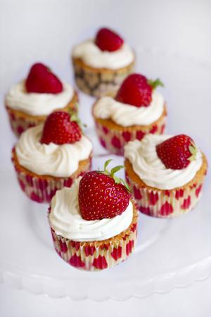 Riktigt somriga och mumsiga muffins. Med jordgubbar i och topping på.