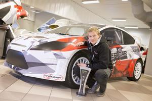 Kevin Eriksson tog VM-guld i klassen Supercar Lites i rallycross. Nu får han NP-plaketten för bedriften.