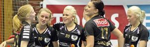 Måljubel sedan Josefin Zakrisson (10) gjort säsongens första mål.Hon uppvaktas av fr v Johanna Larsson, Frida Lindgren, Linda Danielsson och Hanna Lindgren.