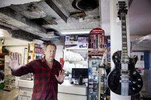 Per Sundqvist på Musikshopen tvingas stänga butiken. Foto: Per Groth