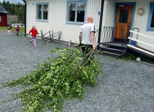 """Läraren Magnus Ström har hämtat björkar till gårdagens skolavslutning. """"Jag tror att skolan blir kvar, vi får nog uppleva fler avslutningar här"""", säger Magnus."""