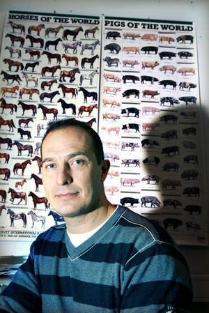 En av 50. Erik Lennmalm, chef på länsveterinärenheten, tycker att det är svårt att hinna med att kontrollera grisbönderna. Av länets omkring 50 gårdar skulle åtta ha kontrollerats i år.  I slutändan blev det bara en.Foto: Gun Wigh