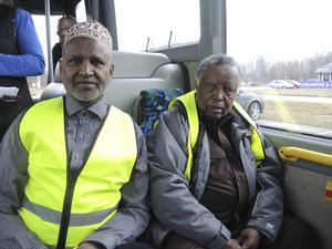Abdi Haji Abdullahi, vice ordförande i Somaliska PRO, och Abukar Gelle, ordförande, är två av ett 20-tal somaliska pensionärer som kommer att resa med linje 3 i Borlänge för att stoppa stöket.