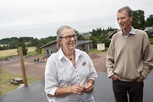 Kerstin och Gunnar Sahlin fortsätter att bygga ut strutsfarmen med bland annat den här altanen. Nu hoppas de att tv-programmet kan få ännu mer skjuts på besökarantalet.