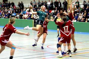 Mathilda Larsson provar skott.