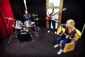 Emma Lundin spelar gitarr, Ebba Nilsson bas och Erica Evertsson trummor. Tillsammans bildar de trion Emma,  Erica och  Ebba