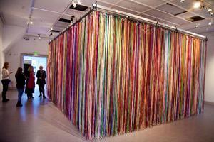 Fem gånger  sex meter med  satängband i olika färger att gå vilse i. Jacob Dahlgrens