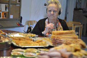 Kakmoster. Estrid Lindberg i valet och kvalet över vilka kakor hon ska lägga på fatet.