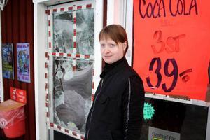 Margareta Svegårdh framför dörren som krossades vid inbrottet.