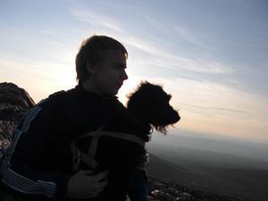 Min bonusson Jocke med hunden Sigge i knät beundrar utsikten från