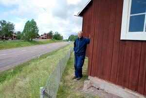 Nära. Riksvägen skär djupt genom Vikarbyn, bara några få meter från Gunnar Ivars släktgård. Grunden till ett uthus närmast vägen har nu börjat kalva ned mot vägen.