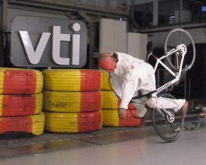 Bild från de krocktester som genomförts av forskare vid VTI.  Dockan flög uppåt sju meter framåt och två meter i sidled.