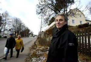 Ska jag sanda den här gångbanan? undrar Lars-Erik Palmgren. Han och flera andra ställer sig frågande inför kommunens nya sandningsregler.