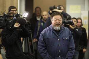 Ai Weiwei skriver på sina memoarer.
