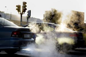 Bilavgaser i vinterväder.