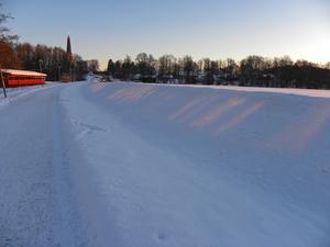 Solstrålarna bildade detta mönster i snön mot gamla E18 vid Irsta