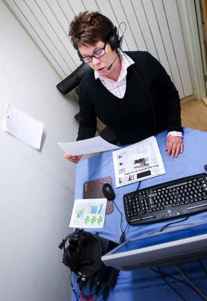 Eva Axelsson läser morgondagens tidning för sina prenumeranter. Ett arbete som sker varje kväll mellan 17.00-01.00. Foto: Håkan Luthman