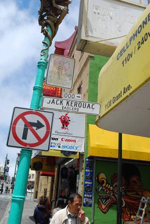 Ingången till Jack Kerouac Alley från Chinatown.