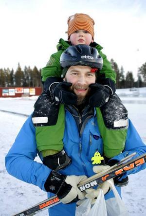 Malte Häggström, 4,5 år och från Frösön, och hans 35-årige pappa Paul Lundqvist testade bandyn och gick av planen först när den skulle spolas för en seriematch i bandyns division 1.