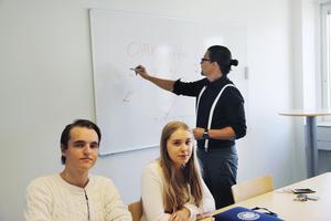 Olle Boström och Maja Lindström är två av eleverna på Jensen gymnasium som är med i aktietävlingen där läraren Johan Eliases skänker pengar för att hjälpa flyktingar.
