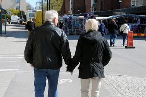 Hand i hand med bestämt mål mot marknadens första stånd kom Jan Larsson och Birgitta Åstrand gåendes.