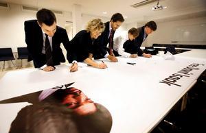 Martin Persson, Kulturdepartementet, Anna Serner, TU, Erik Kristow, Kulurdepartementet, Axel Andén, Medie Världen, Per Hultengård, TU, var några av de som skrev på banderollen som NA hade med sig.  BILD: HÅKAN RISBERG