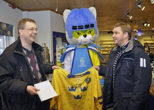 Lars Ingels namnförslag att VM-maskoten skulle heta Icy föll alla i smaken. Till höger VM-ambassadör och LIF:s sportchef Tommy Salo.