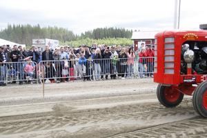 Ibland kunde det låta rejält från traktorerna, och många i publiken hade varit smarta nog att ta med sig hörselkåpor och öronproppar. För övriga var det bara att hålla för öronen efter bästa förmåga.