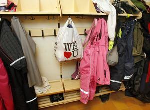 Dijana Miserajs böcker och kläder ligger kvar i en påse i kapprummet på Norrtullsskolan.Foto: Hans-Åke Sandberg