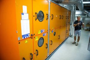 Stefan Engh visar ett av de tre nya ventilationsaggregaten för simhall, sporthall och omklädningsrum.