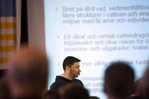 Johan Andreasson från Hudiksvalls kommun berättade om arbetet med att ta bort vandringshinder och återställa vattendrag.