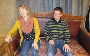 Viktoria Ericols och Tony Westling spelar tillsamman med den övriga ensemblen samt kör som sjunger irländska sånger. FOTO: ILSE VORNANEN