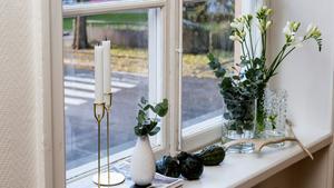 Samla olika föremål som du tycker om i dina fönstersmygar.