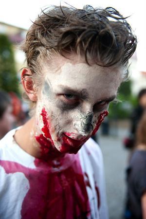 En av zombierna som lyckats riktigt bra i målsättningen att se så otäck ut som möjligt.