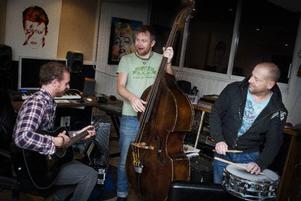 Hela veckan har Fredrik Magnusson, Patrik Zackrisson och Anders Erlandsson varit i sin studio på Frösön och spelat in låtar till Dansbandskampens samlingsskiva. I Stockholm väntade nytt studioarbete. Inslaget kan ni se i kvällens program.