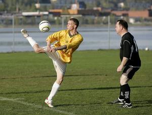 Korpfotboll på ungdomsfältet i hamnen.