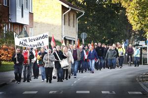 Manifestation. Två hundra Hallstviksbor slöt upp när facket och LO-basen demonstrerade för flera jobb till orten.