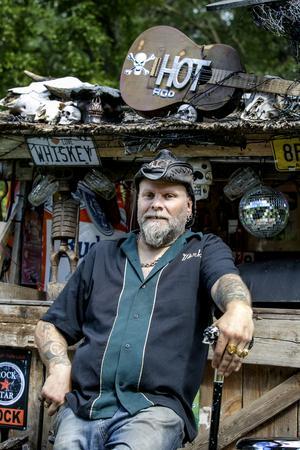 Det skulle vara något som dolde en ful grill. Det blev en karibisk bar. Mikael Norlén är kreaitiv med små medel.