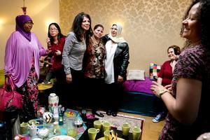 Soheila Fors tillsammans med några av kvinnorna som besöker den interkulturella mötesplatsen Tehuset.