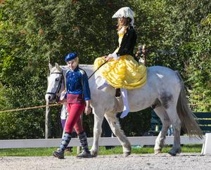 Under barocktiden red flickor i damsadel. Ryttarinnan på bilden är Isa Winsten och Tove Högman Ording leder Milo.