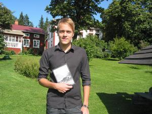 Erik Wiklund från Tranberg i Alfta har gett ut en andra upplaga av sin debutroman Breven till Kristina och arbetar nu på sin andra roman. I bakgrunden fastigheten där Kristina bodde.