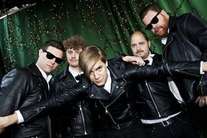 The Hives med från vänster: Chris Dangerous, Nicholaus Arson (Niklas Almquist), Howlin' Pelle Almqvist, Dr Matt Destruction och Vigilante Carlstroem.
