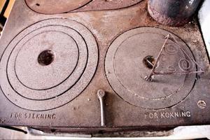 En platta för stekning och en för kokning. Man kan växla mellan, medspaken i mitten.