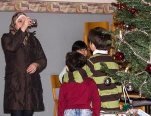 Yasmine Wairez passar på att ta kort på Mohammed Darwich och Mullham Darwich framför julgranen.